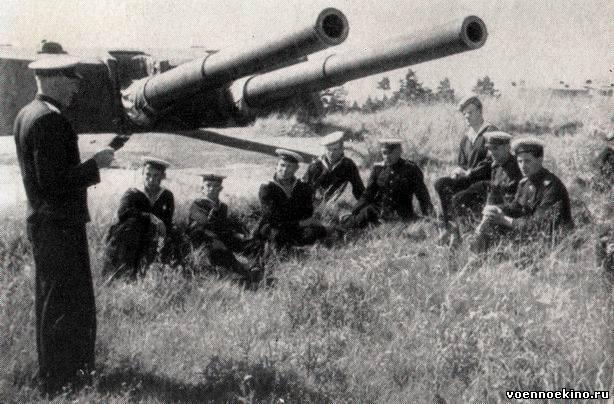 Матрос у советской береговой батареи 180-мм орудий мб-2-180 на о кильдин